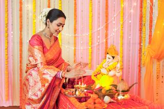 Potrait of a happy woman performing Hindu rituals (Ganesh aarti) on festival: Ganesh Chaturthi